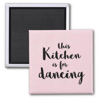 Esta cozinha é dançando a caligrafia cor-de-rosa imã