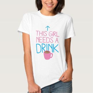 Esta menina precisa uma bebida com caneca de café camiseta