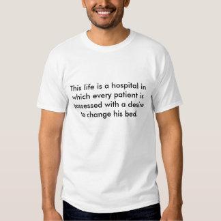 Esta vida é um hospital em que cada paciente… t-shirts