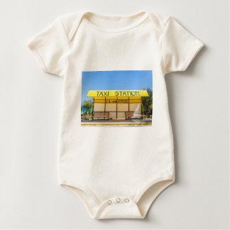 Estação amarela do táxi na costa na piscina body para bebê