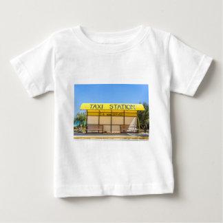 Estação amarela do táxi na costa na piscina camiseta para bebê