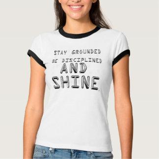 Estada aterrada e t-shirt da campainha do brilho
