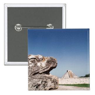 Estátua da serpente pela pirâmide em México Pins