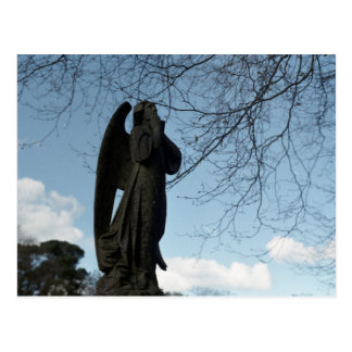 Estátua do anjo e o cartão do céu azul
