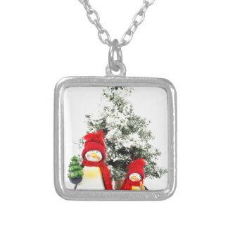 estatuetas do pinguim com a árvore de Natal no Colar Banhado A Prata