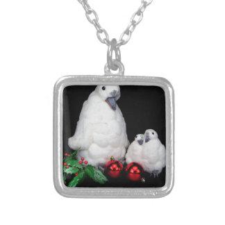 Estatuetas do pinguim como a família com bolas do colar banhado a prata