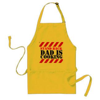 Esteja para trás o pai está cozinhando o avental