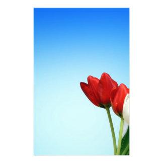 Estética branca vermelha do primavera das tulipas  flyer 13.97 x 21.59cm