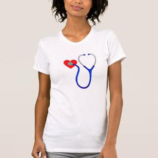 Estetoscópio e camisa do coração T