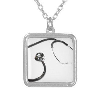 Estetoscópio preto isolado no fundo branco colar banhado a prata