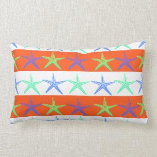 Estrela do mar do tema da praia do verão em travesseiro