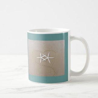 Estrela do mar na caneca de café do coração