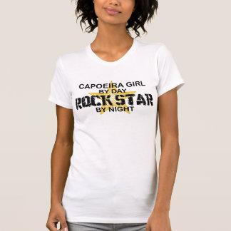 Estrela do rock da menina de Capoeira em a noite T-shirt