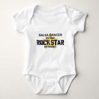 Estrela do rock do dançarino da salsa em a noite t-shirt