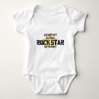 Estrela do rock do dentista em a noite body para bebê