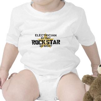 Estrela do rock do eletricista em a noite macacões