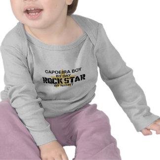 Estrela do rock do menino de Capoeira em a noite