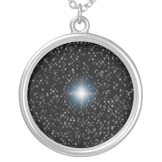 Estrela e speck brilhantes em colares pretas