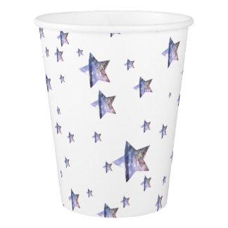 Estrelas da praia fora dos copos de papel deste