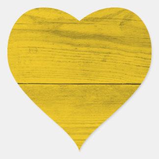 Estrutura de madeira amarela como uma textura do adesivo coração