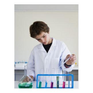 Estudante que faz a experiência 4 da ciência cartao postal