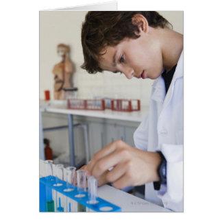 Estudante que faz a experiência da ciência cartão comemorativo