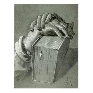 Estudo da mão de Albrecht Dürer com bíblia Cartão Postal