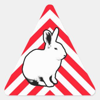 Etiqueta 2 do coelho de BunnyLuv Adesivo Triangular