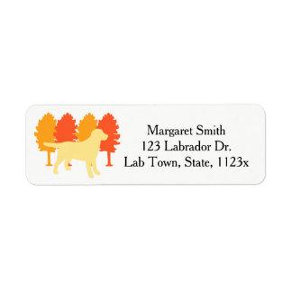 Etiqueta Árvores amarelas do outono do esboço de Labrador