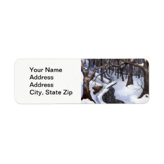 Etiqueta Árvores cobertos de neve da obscuridade do córrego