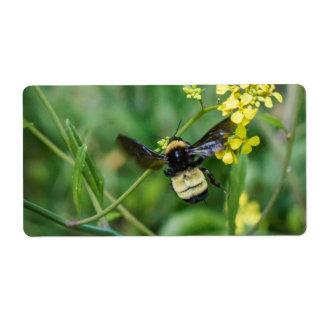 Etiqueta Bumble a abelha em vôo