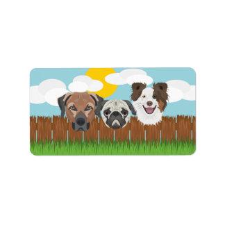 Etiqueta Cães afortunados da ilustração em uma cerca de
