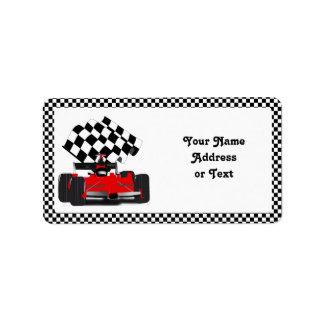 Etiqueta Carro de corridas vermelho com bandeira Checkered