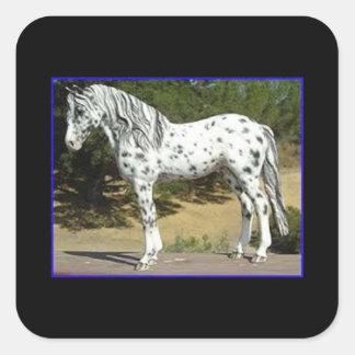 Etiqueta com um cavalo preto e branco