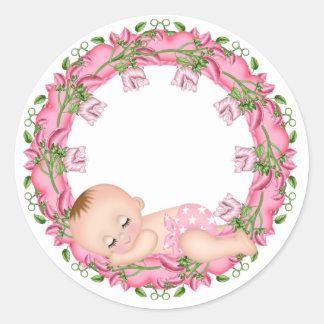 Etiqueta cor-de-rosa do chá de fraldas com o bebê