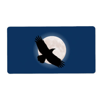Etiqueta Corvo do vôo com a lua atrás dela
