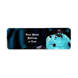 Etiqueta Crânio preto do Dia das Bruxas no cupcake azul da
