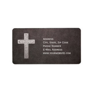 Etiqueta Cruz do metal no couro escuro