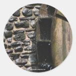 Etiqueta da foto da natureza da roda de água adesivo em formato redondo