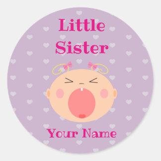 """Etiqueta da """"irmã mais nova"""" com bebê de grito"""