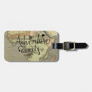 Etiqueta De Bagagem A aventura espera o Tag da bagagem do mapa de