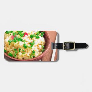 Etiqueta De Bagagem Bacia de Brown com uma parcela de arroz cozinhado