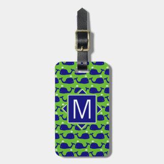 Etiqueta De Bagagem Baleias azuis do monograma | & verdes formais