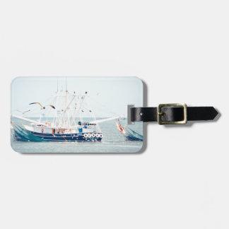 Etiqueta De Bagagem Barco azul do camarão no oceano