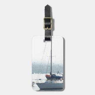 Etiqueta De Bagagem Barcos dos veleiros do porto que navegam o porto