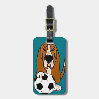 Etiqueta De Bagagem Basset Hound engraçado que joga o futebol ou o