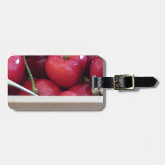Etiqueta De Bagagem Beira de cerejas frescas no fundo de madeira