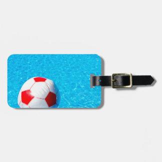 Etiqueta De Bagagem Bola de praia que flutua na água na piscina