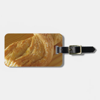 Etiqueta De Bagagem Bolo frito em uma mesa de madeira