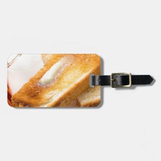 Etiqueta De Bagagem Brinde quente com manteiga em um fim-acima branco
